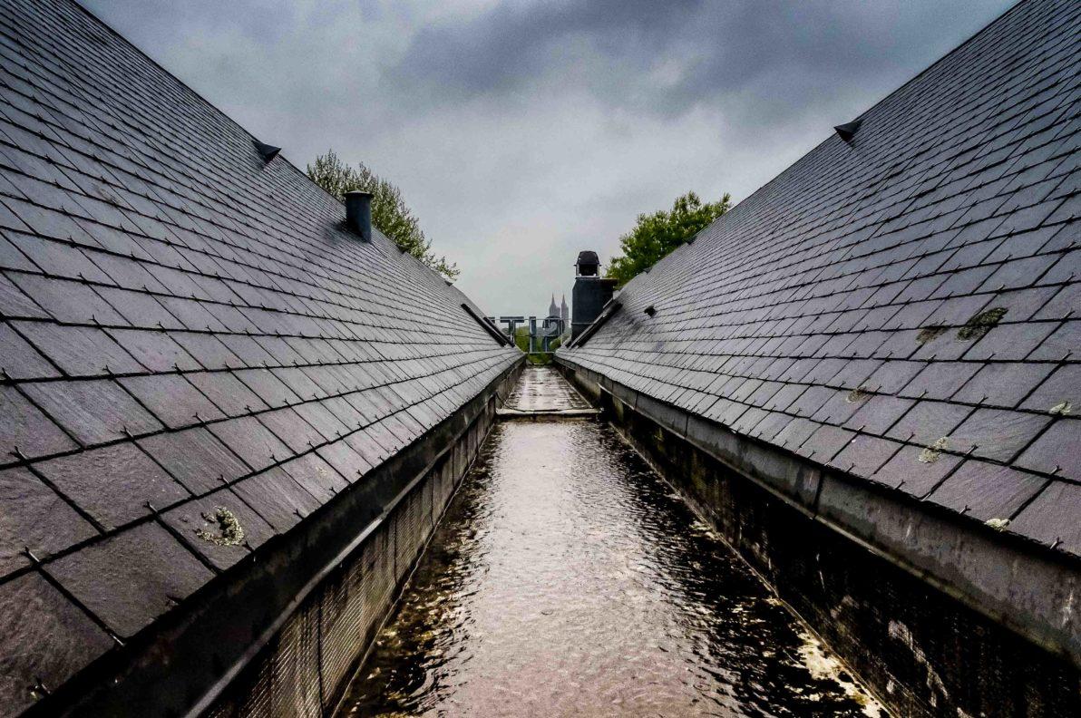 Vue de l'hôtel Cositel Inter-hôtel à Coutances durant la pluie.